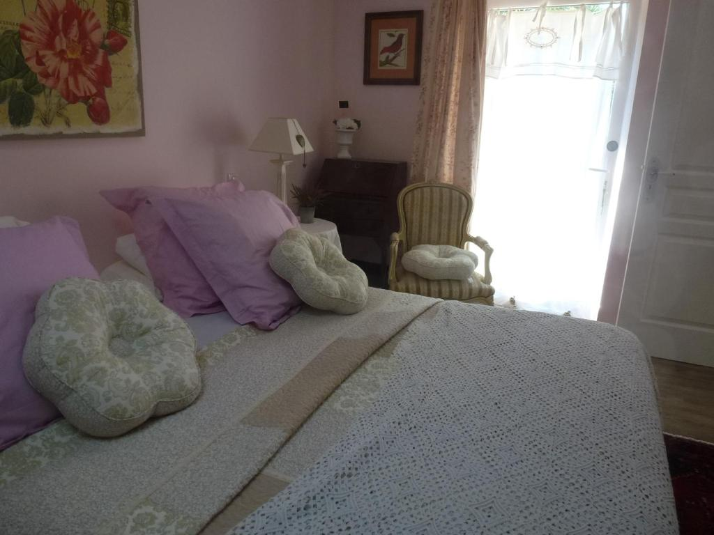 A bed or beds in a room at Domaine de Praterou