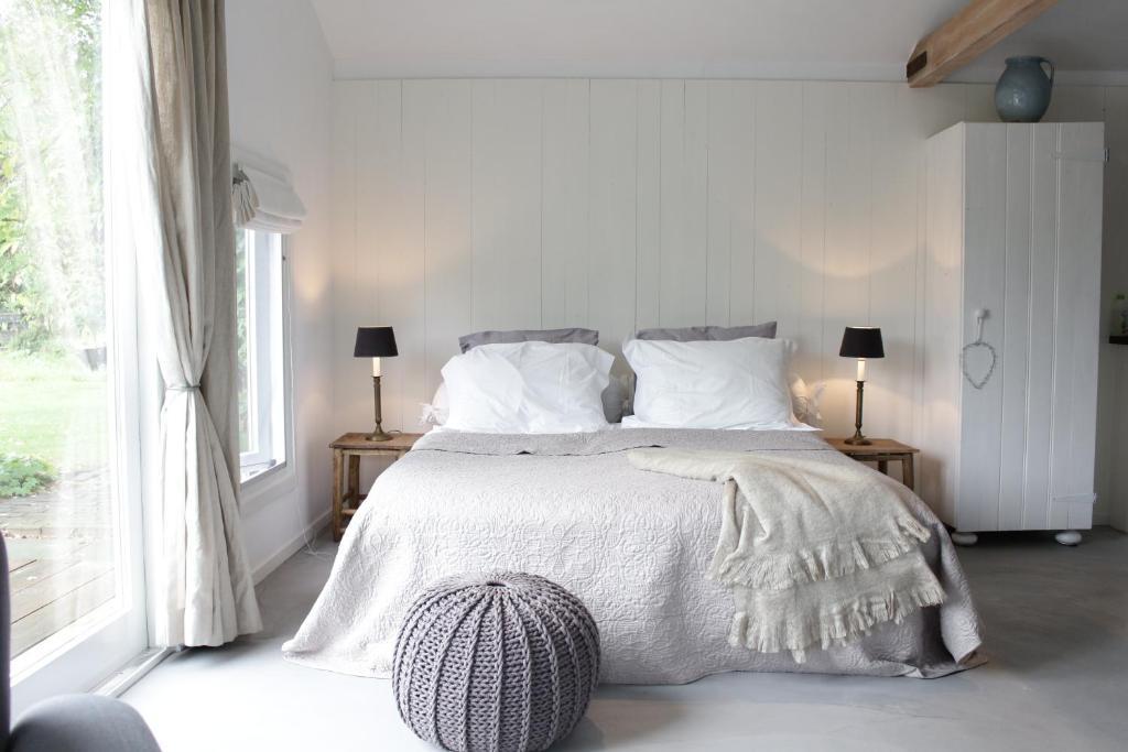 """Een bed of bedden in een kamer bij B&B """"Slapen op nr. 1"""""""