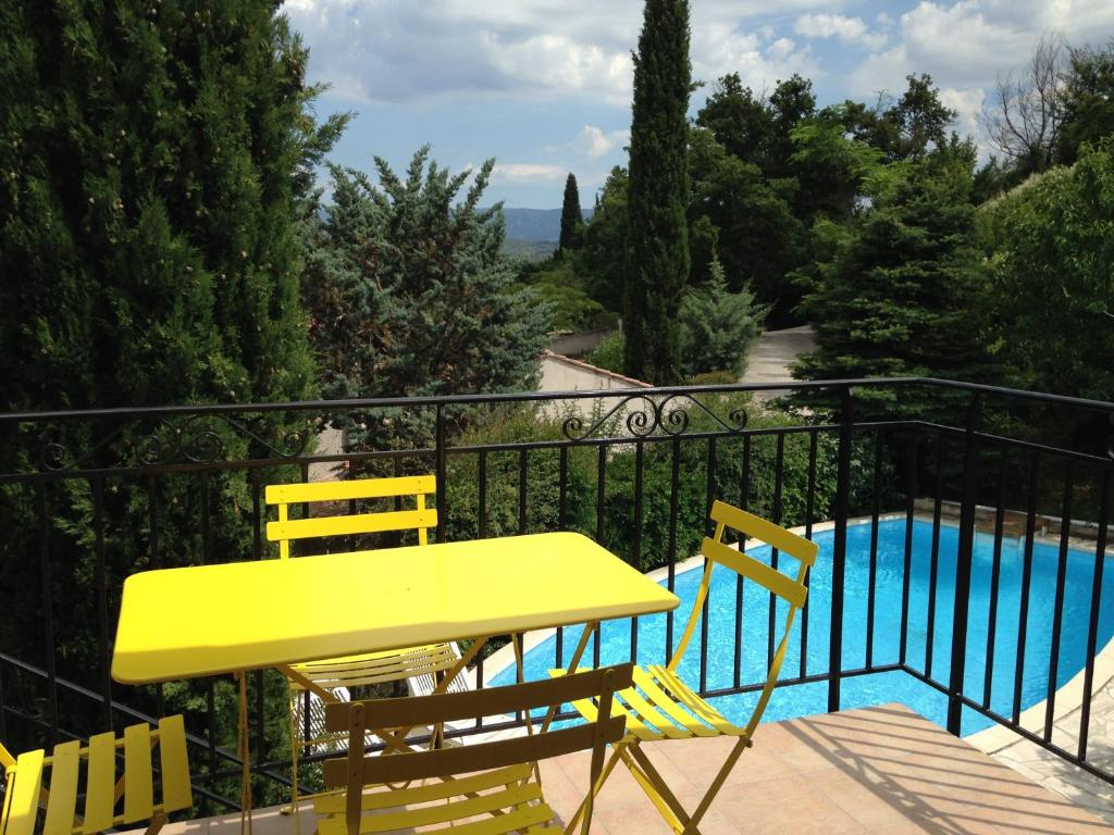 A view of the pool at B&B Les Volets bleus or nearby