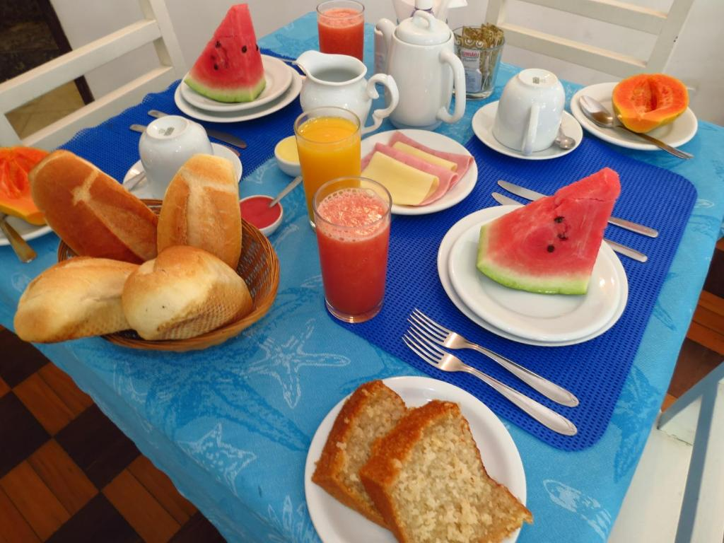 Breakfast options available to guests at Pousada Estrela do Mar