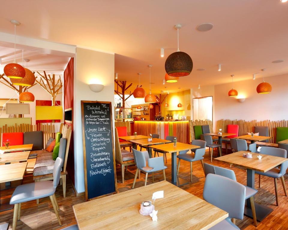 Ein Restaurant oder anderes Speiselokal in der Unterkunft Flux-Biohotel Werratal