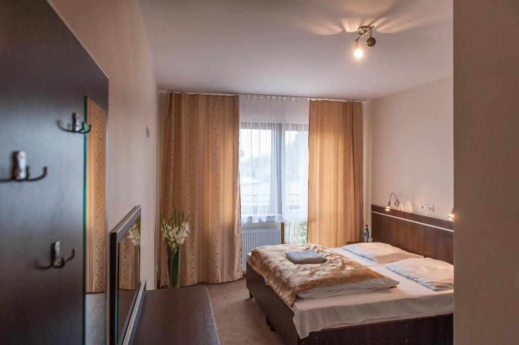 Łóżko lub łóżka w pokoju w obiekcie Hotel E7