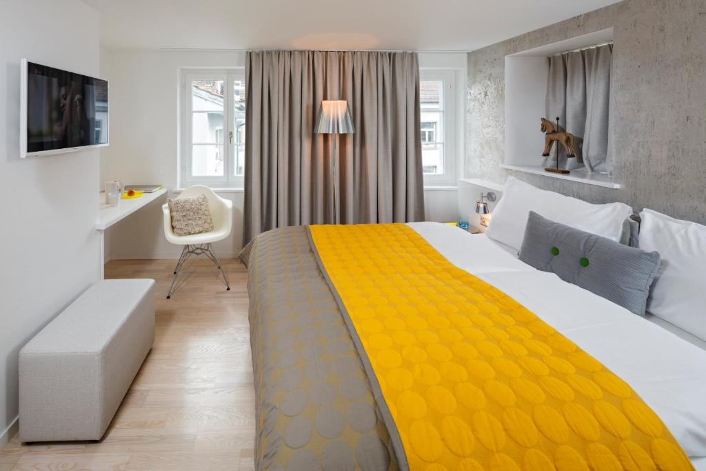A bed or beds in a room at Hotel Rössli
