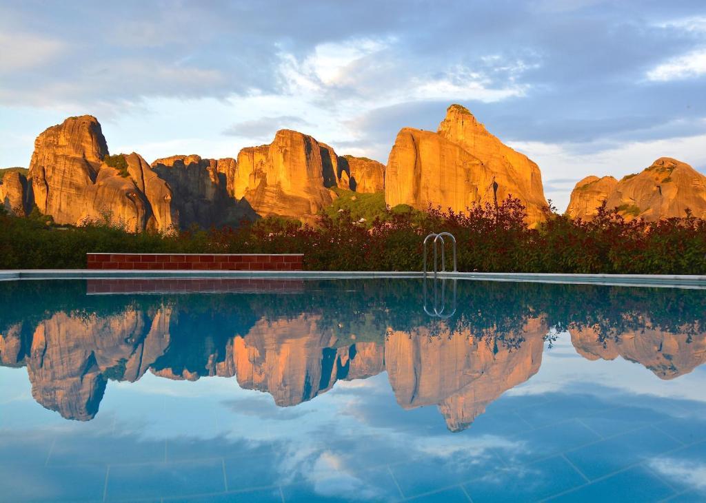בריכת השחייה שנמצאת ב-Meteora Hotel at Kastraki או באזור
