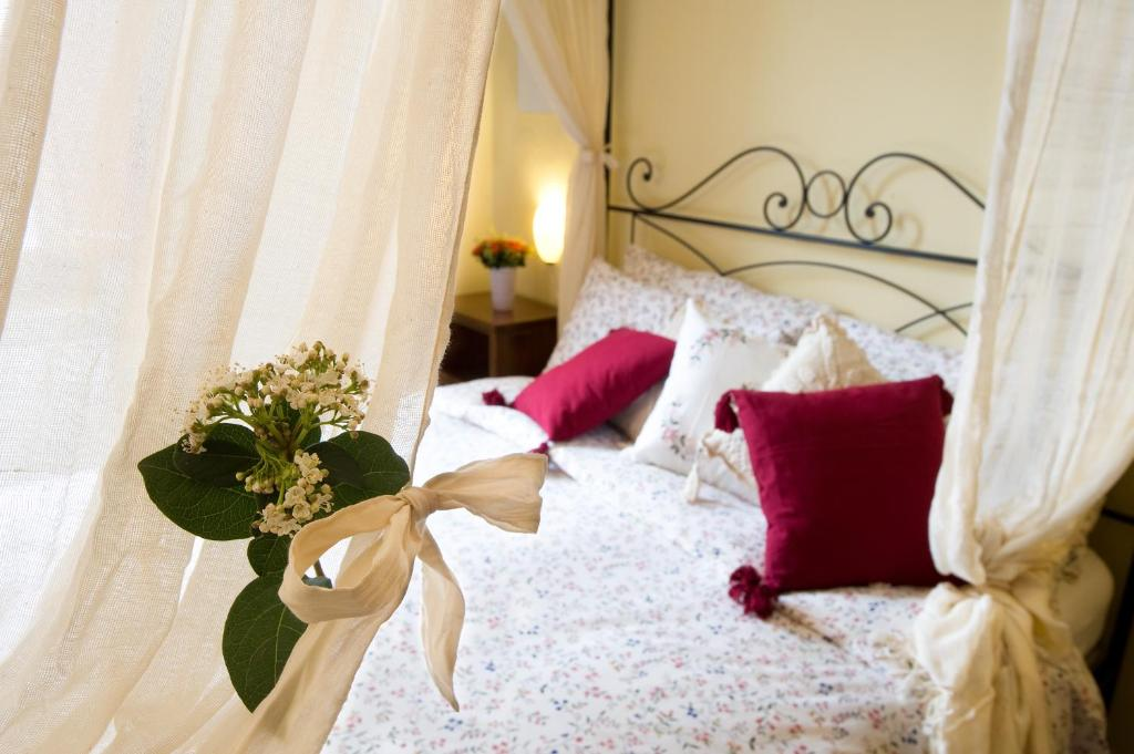 A bed or beds in a room at Apartment Oltrarno Firenze