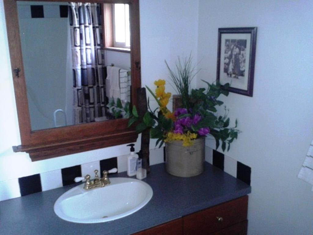 A bathroom at Phoenix House B&B