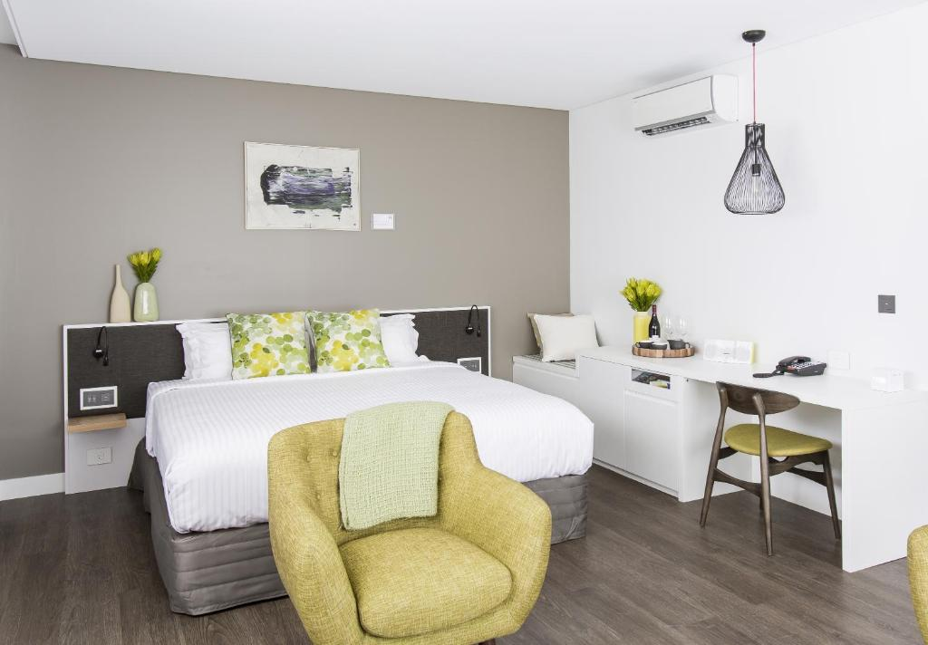 A bed or beds in a room at The Kingsford Brisbane Airport, Ascend Hotel Collection