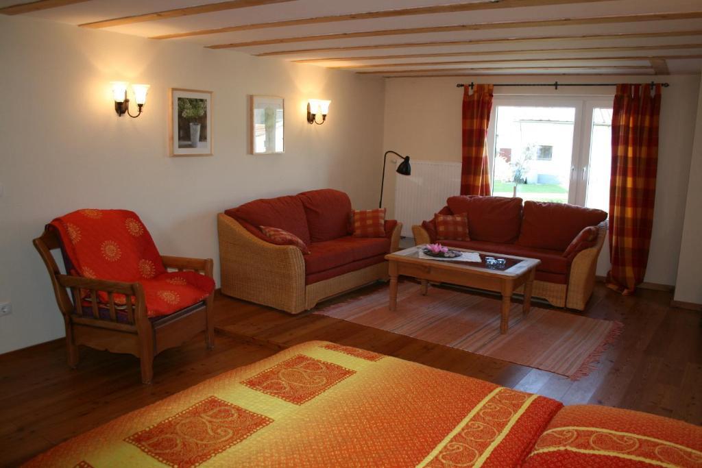 Ein Sitzbereich in der Unterkunft Ferienwohnung Schlössershof