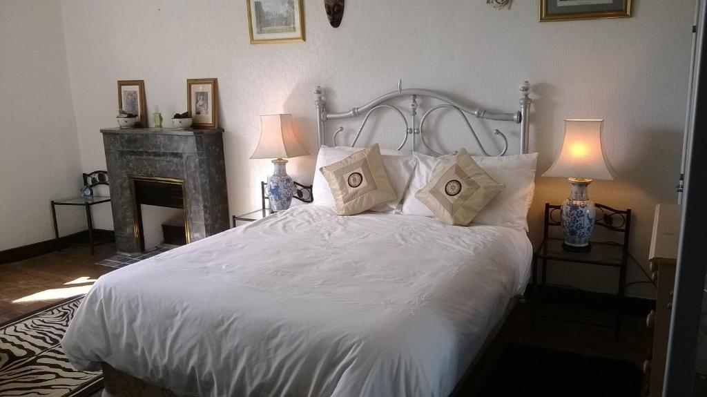 A bed or beds in a room at La Châtaigne Dorée