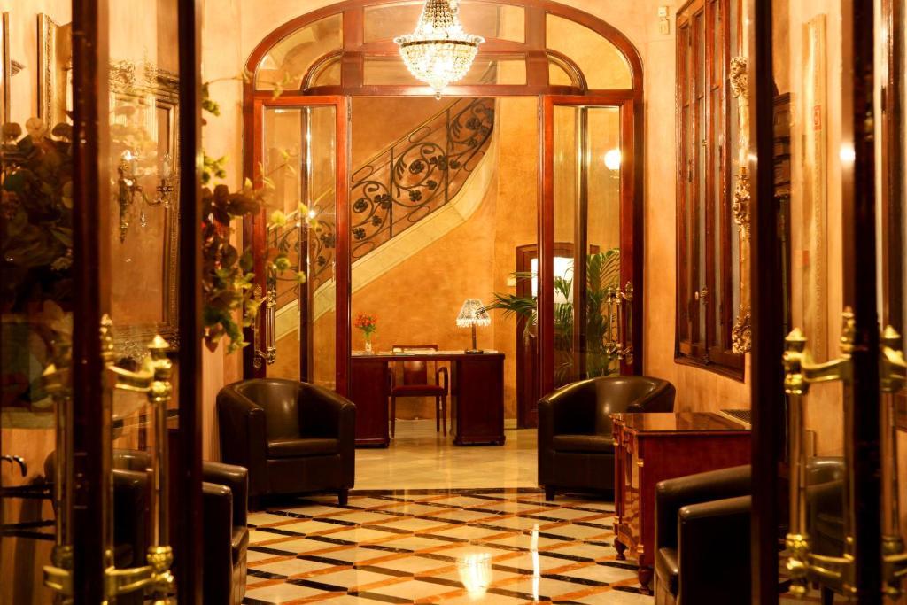 Лобби или стойка регистрации в Hotel Nouvel