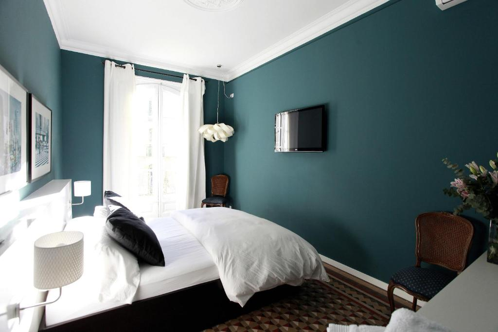 A bed or beds in a room at Close to Passeig de Gracia B&B