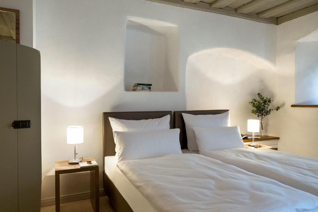 A bed or beds in a room at Hollerhöfe Landhaus zum Hirschen
