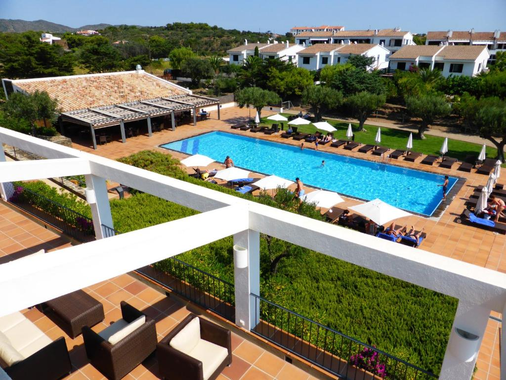 A view of the pool at Hotel Sol Ixent or nearby