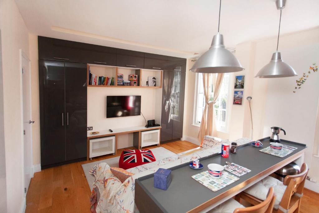 A kitchen or kitchenette at ItalianFlat - Camden
