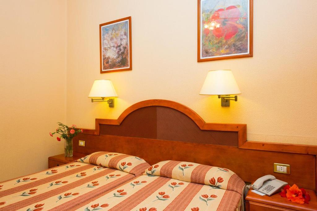Een bed of bedden in een kamer bij Hotel Monopol