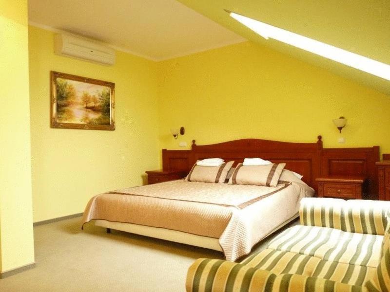 Łóżko lub łóżka w pokoju w obiekcie Zajazd Sokół