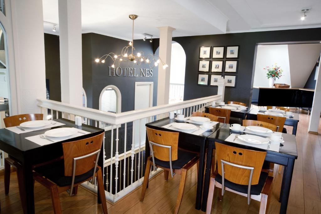 Un restaurante o sitio para comer en Hotel Nes