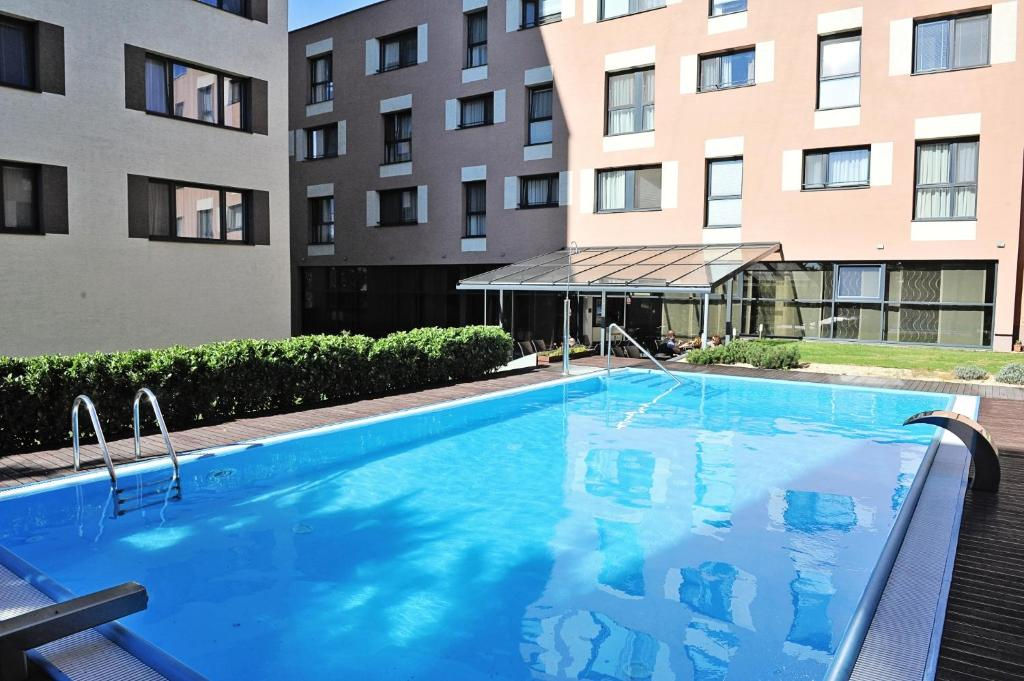 The swimming pool at or near Melrose Apartments