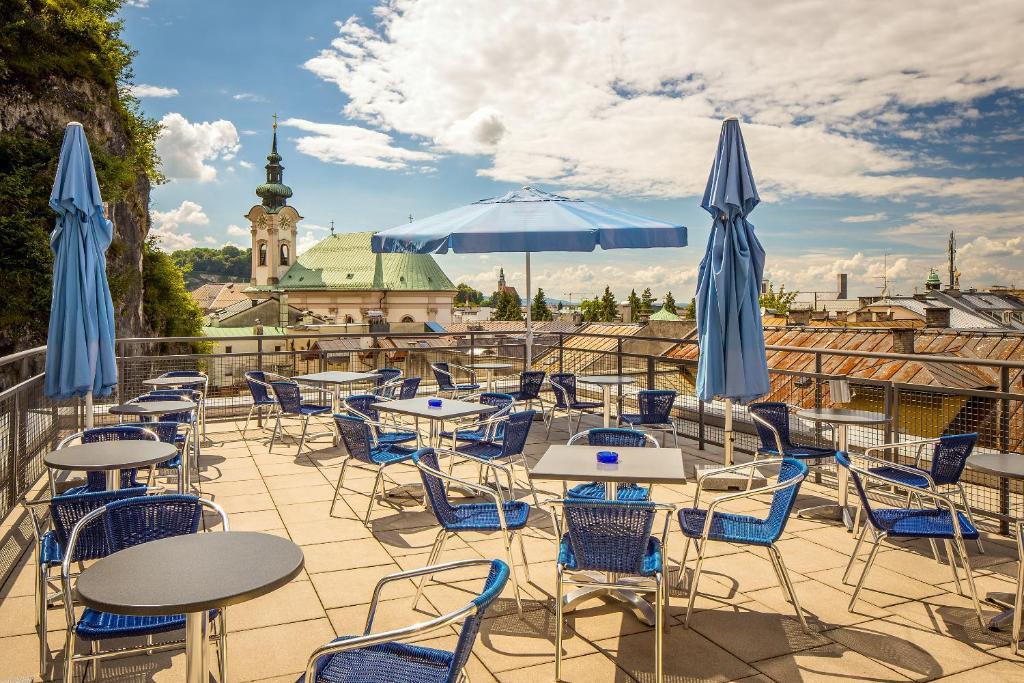 Ein Restaurant oder anderes Speiselokal in der Unterkunft AllYouNeed Hotel Salzburg