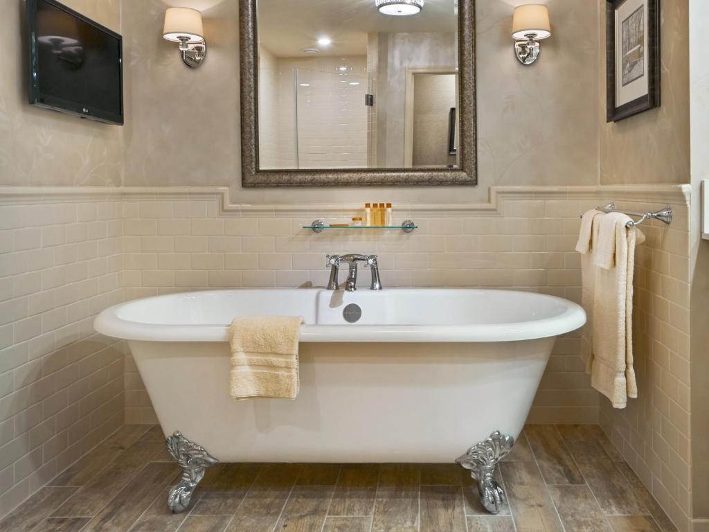 romantic clawfoot tub at AmishView Inn & Suites, Lancaster, Pennsylvania