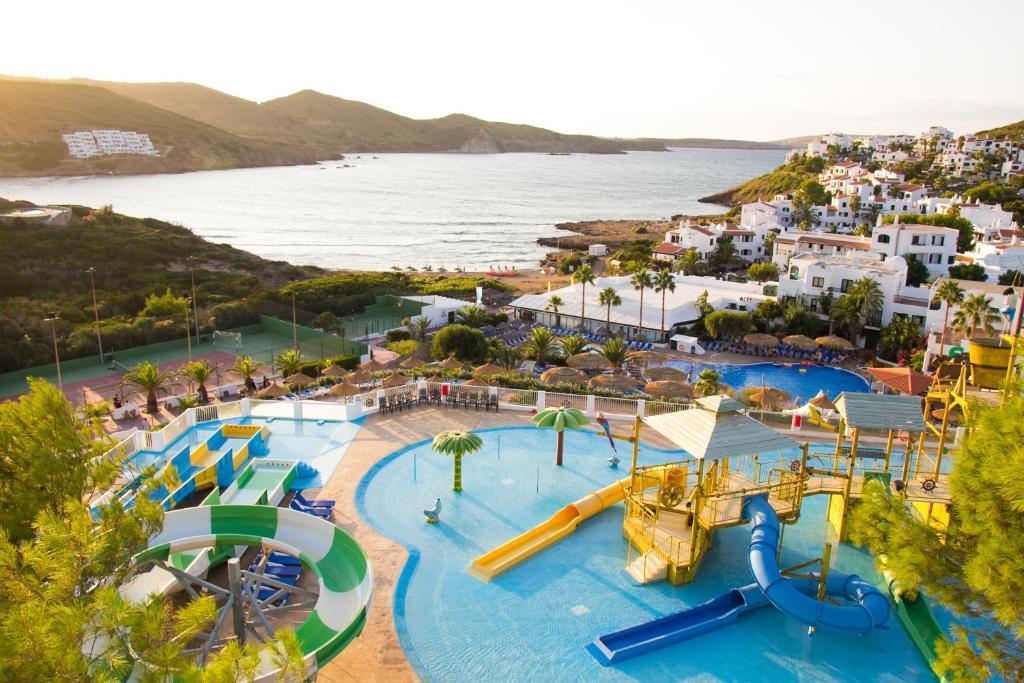 Vista sulla piscina di Carema Club Resort o su una piscina nei dintorni