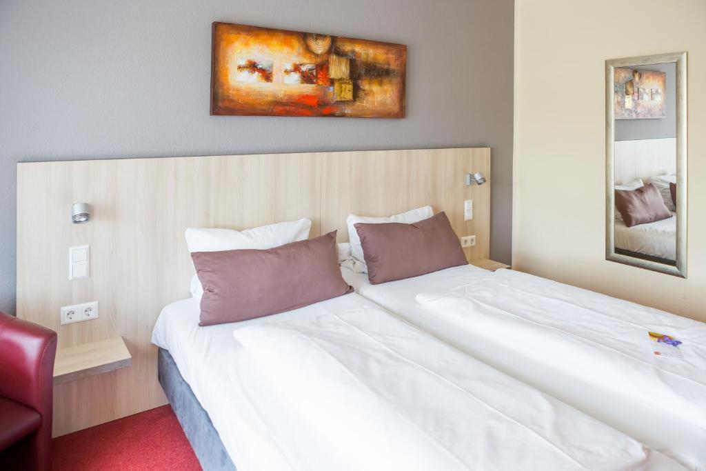 Ein Bett oder Betten in einem Zimmer der Unterkunft Hotel zur Katz
