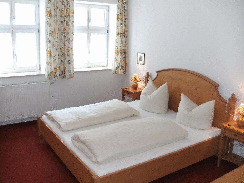 A bed or beds in a room at Gästehaus Appelberg