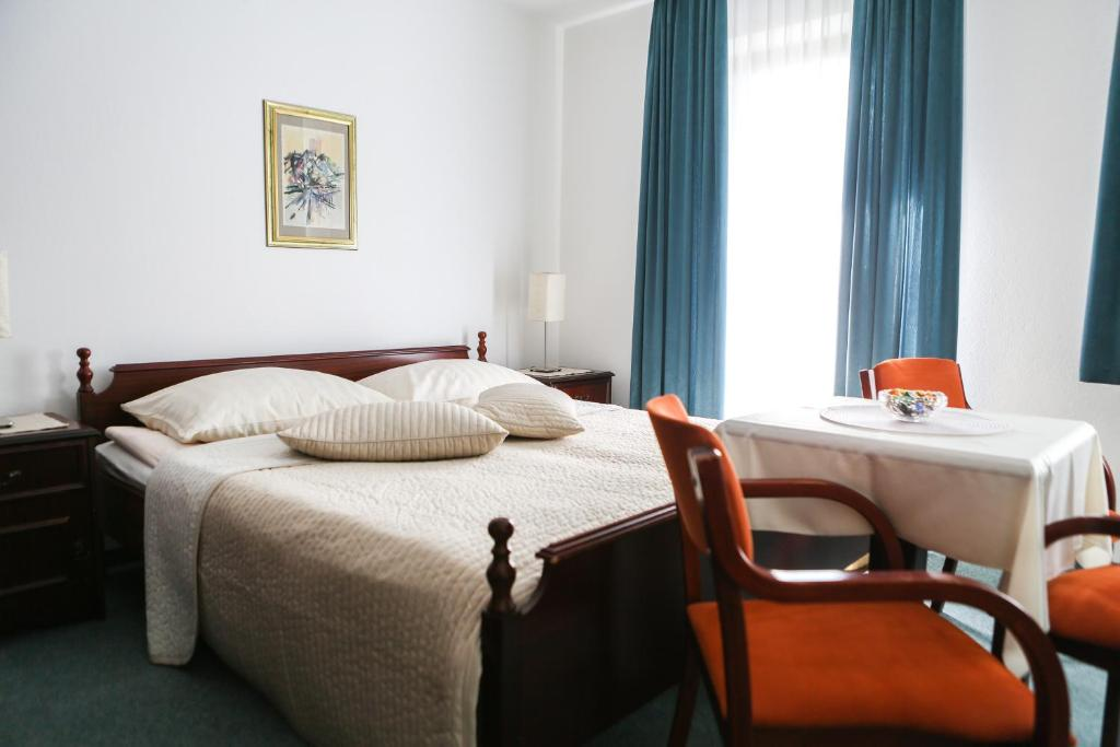A bed or beds in a room at Vila Romana