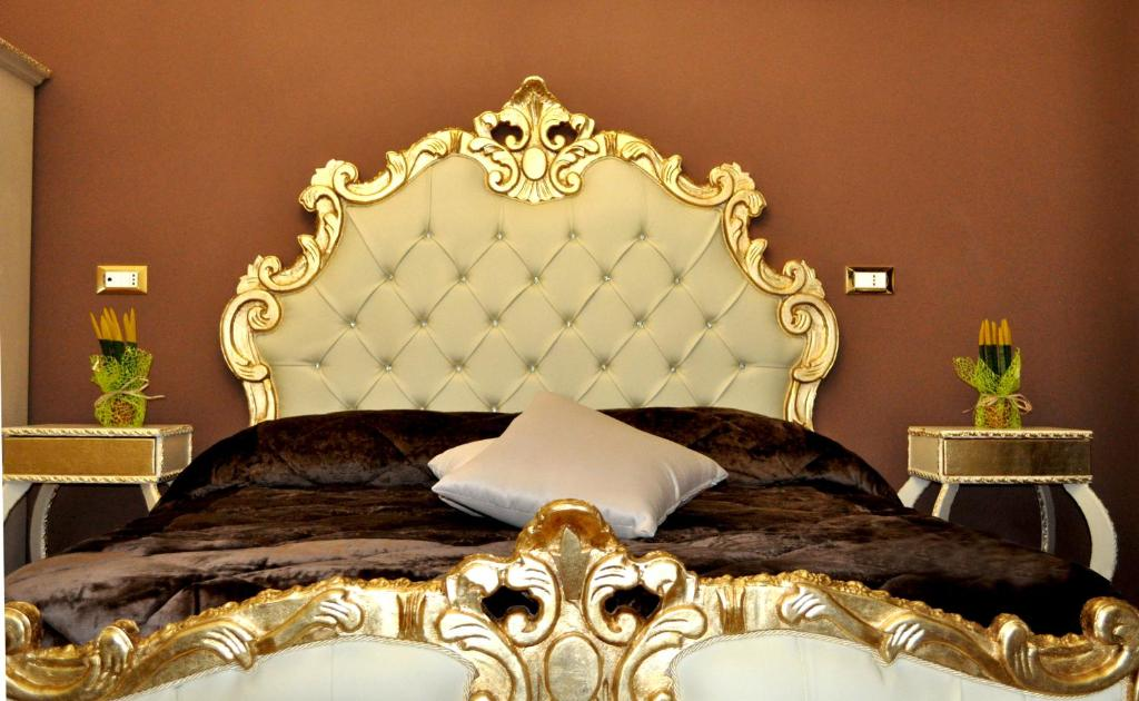 A bed or beds in a room at Hotel des Artistes