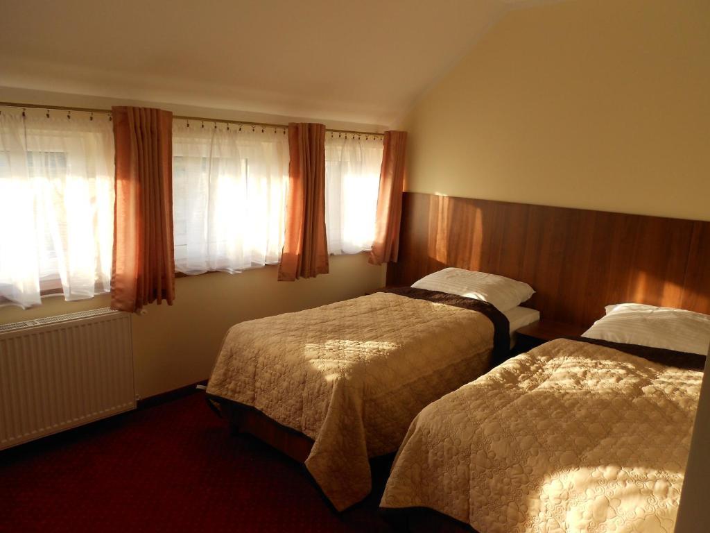 Łóżko lub łóżka w pokoju w obiekcie Pokoje gościnne Viktorjan