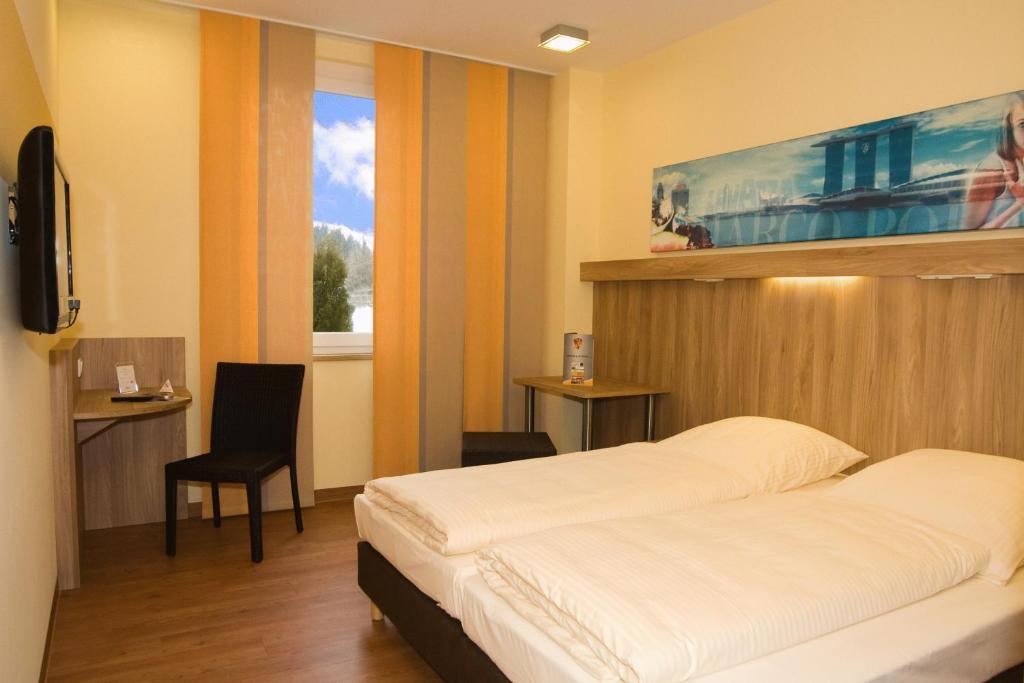 Ein Bett oder Betten in einem Zimmer der Unterkunft Hotel Neumarkt