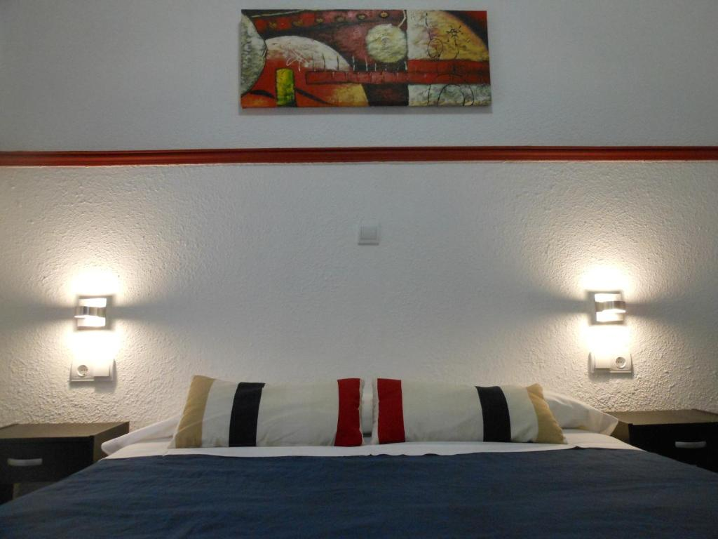 A bed or beds in a room at Pensión Alicante