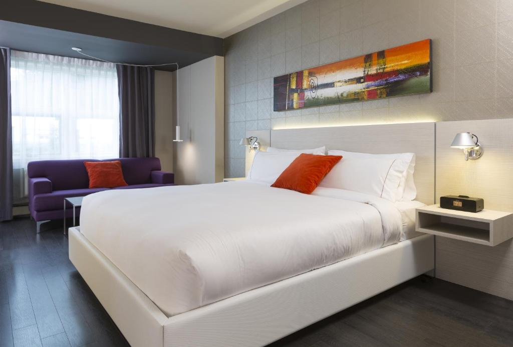 A bed or beds in a room at Hotel Sepia