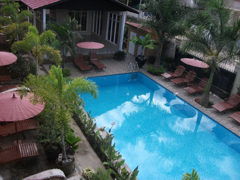 A view of the pool at Mingalar Inn or nearby