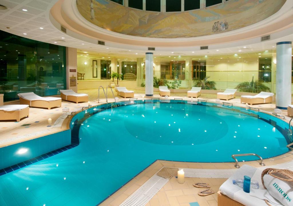 בריכת השחייה שנמצאת ב-Herods Vitalis Spa Hotel Eilat a Premium collection by Fattal Hotels או באזור