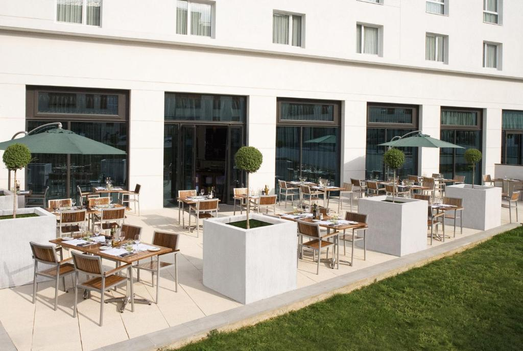 A restaurant or other place to eat at Courtyard by Marriott Paris Saint Denis