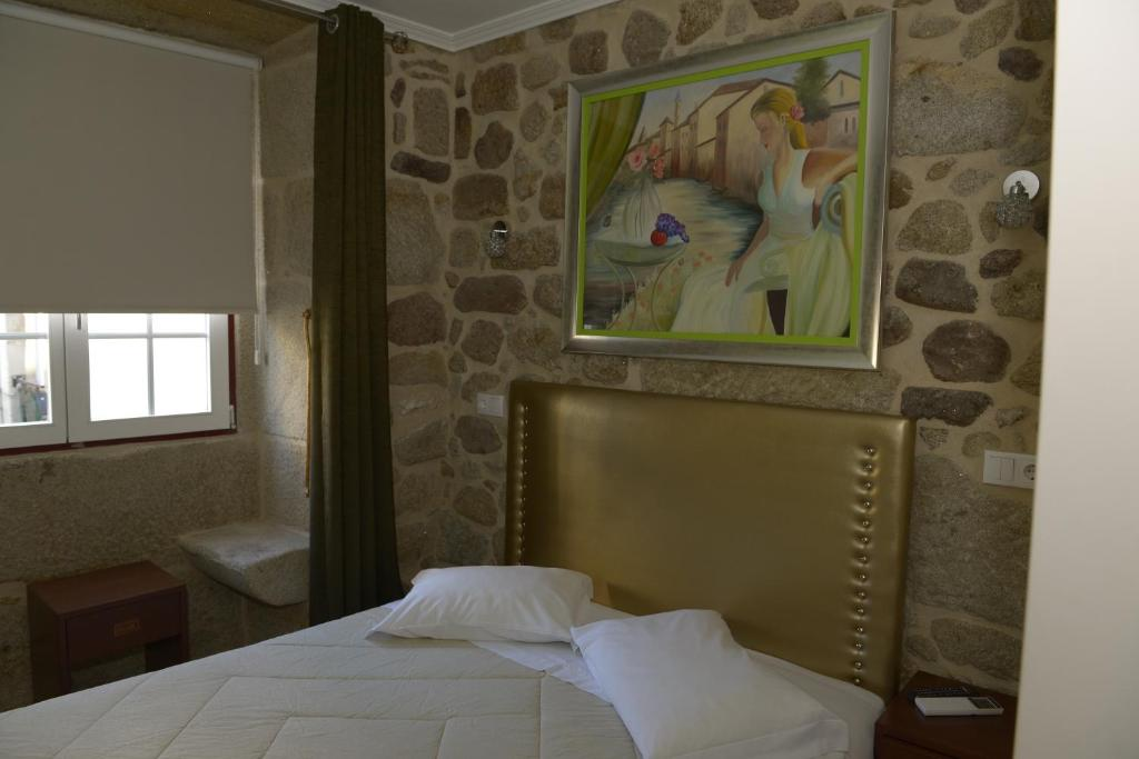 A bed or beds in a room at Alojamento Central