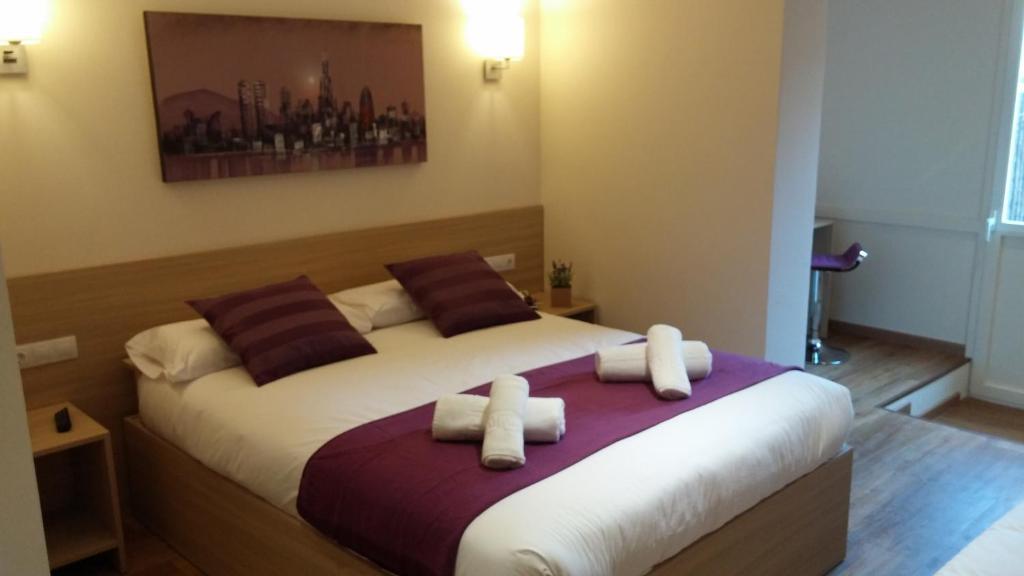 Cama o camas de una habitación en Hostal Barcelona Travel