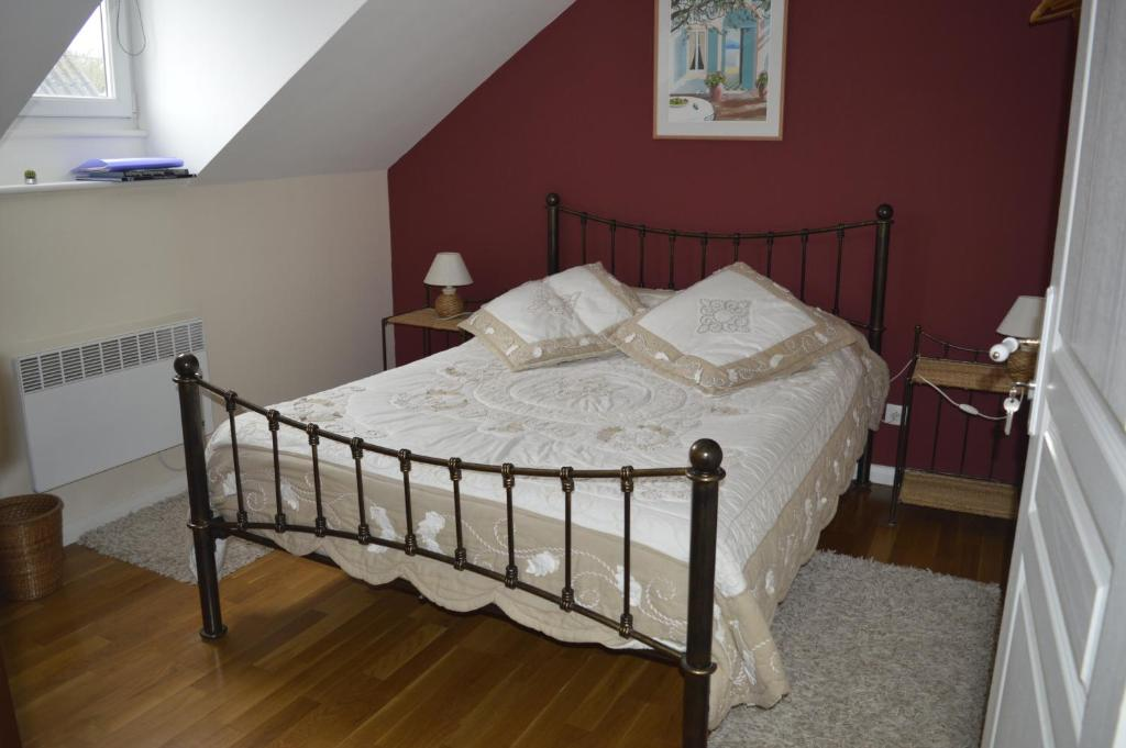 A bed or beds in a room at La Petite Charrue
