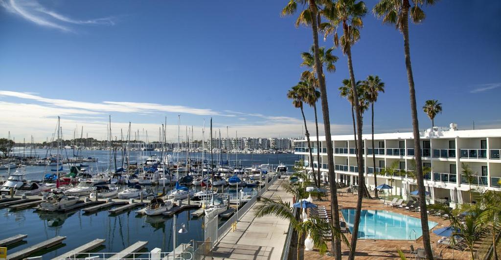 Ein Blick auf den Pool von der Unterkunft Marina del Rey Hotel oder aus der Nähe