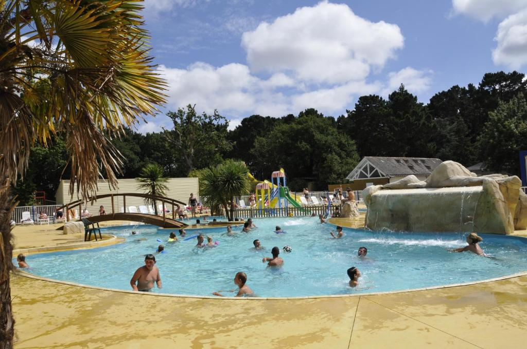 The swimming pool at or near Camping Le Chateau du Petit Bois