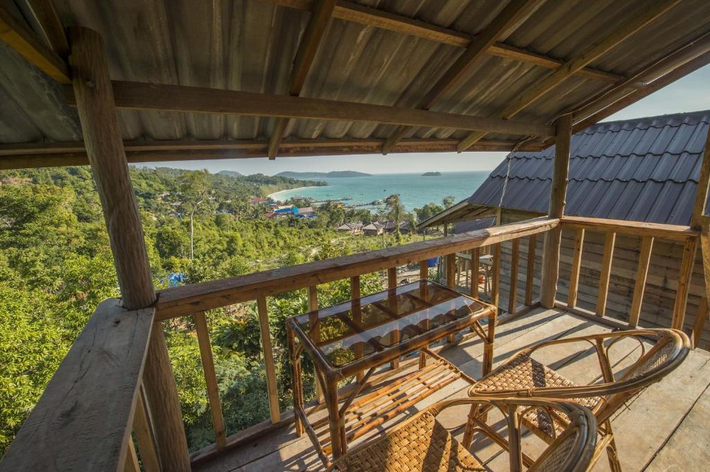 En balkon eller terrasse på High Land Beach Bungalow