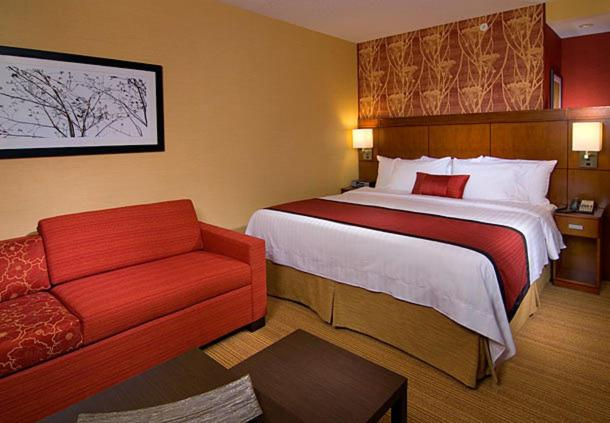 A bed or beds in a room at Courtyard by Marriott Charleston Downtown/Civic Center