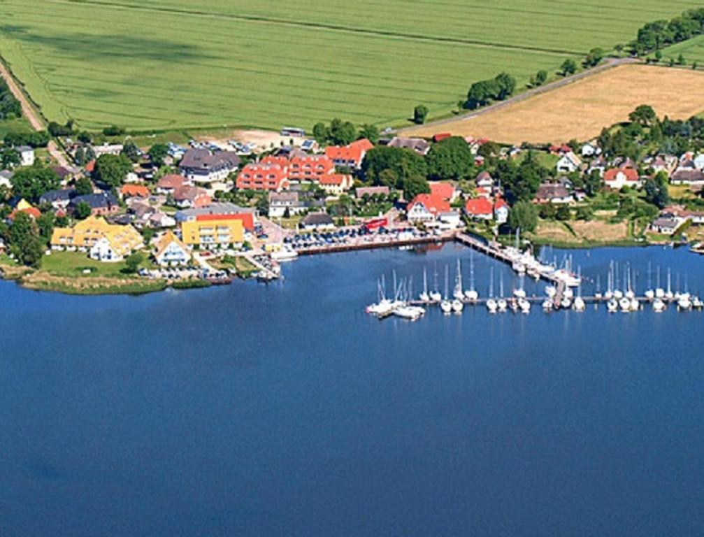 Blick auf Hotel- & Ferienanlage Kapitäns-Häuser Breege aus der Vogelperspektive