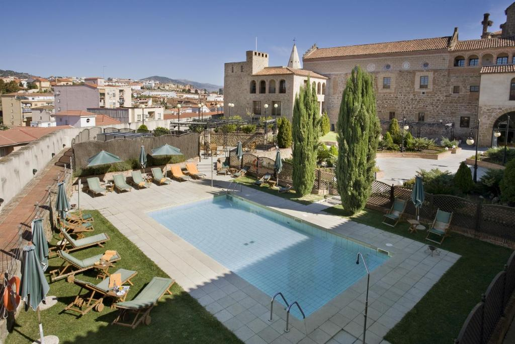A view of the pool at Parador de Plasencia or nearby