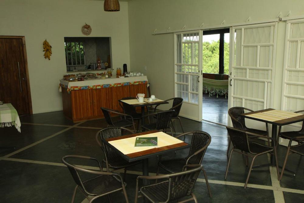 A restaurant or other place to eat at Eco Pousada Sinimbu