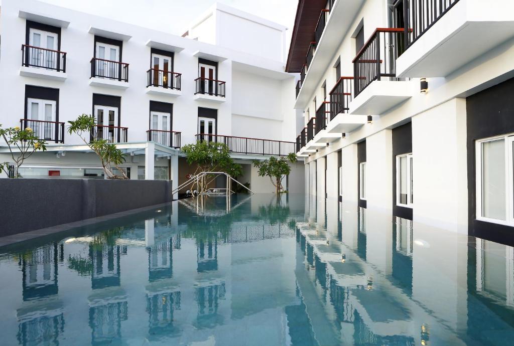 The swimming pool at or close to Amaris Hotel Teuku Umar