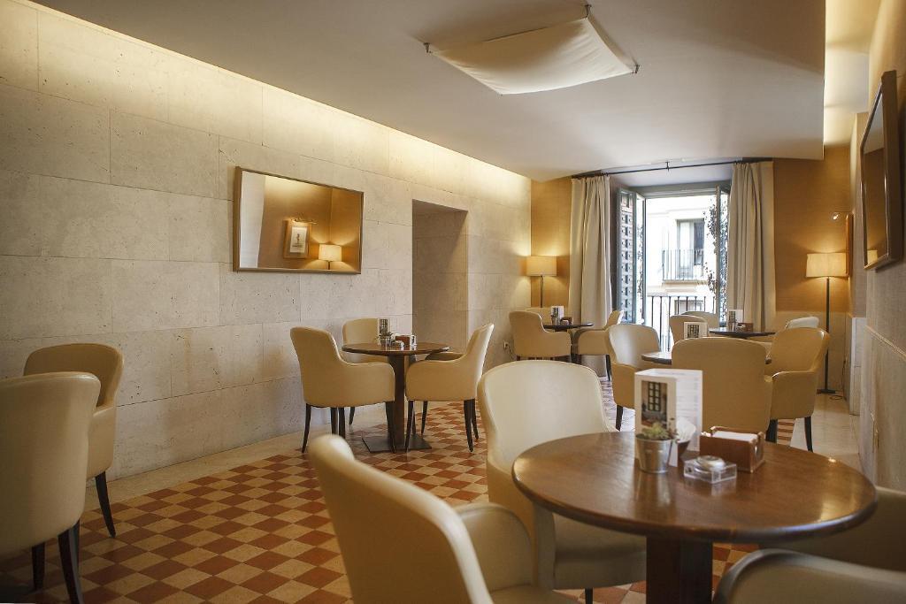 A restaurant or other place to eat at Parador de La Granja