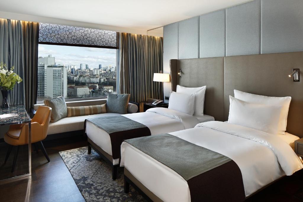 Кровать или кровати в номере The Marmara Taksim