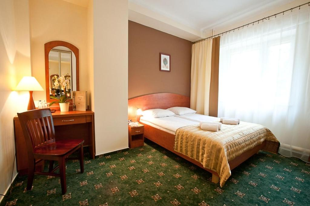 A bed or beds in a room at Złoty Lin